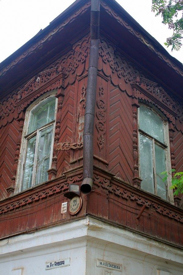 Угол дома богато украшенный резными украшениями.