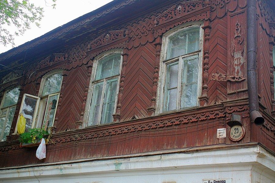 Дом богато украшенный резными украшениями.