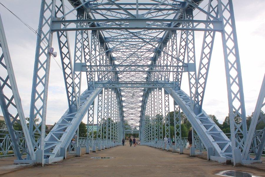 Ажурная конструкция арочного моста.