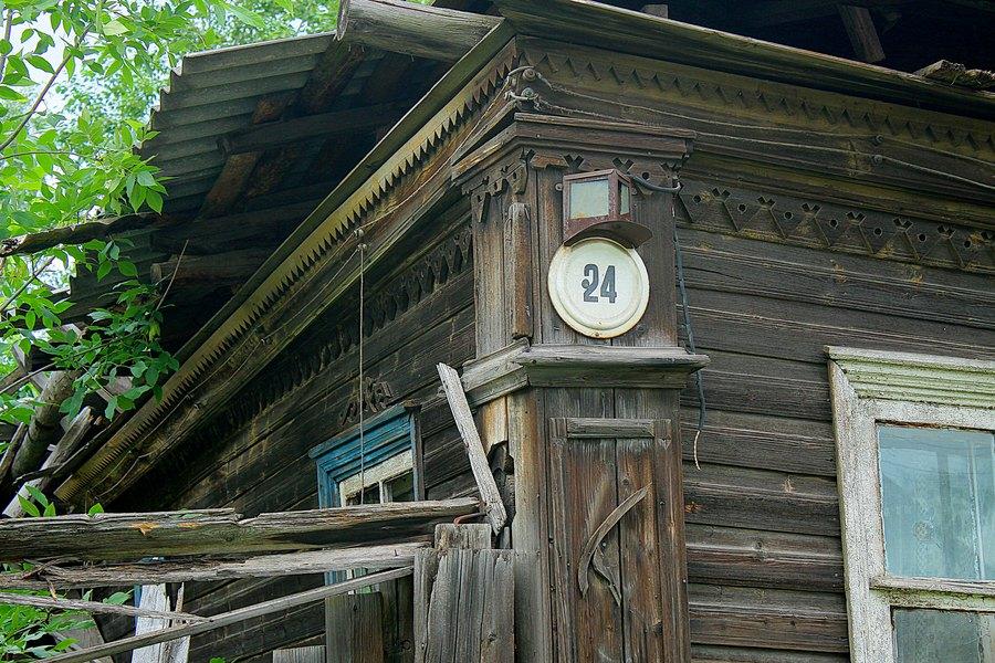 Старый разваливающийся деревянный дом.
