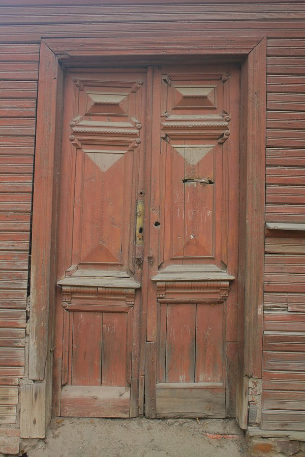 Старые деревянные двери.