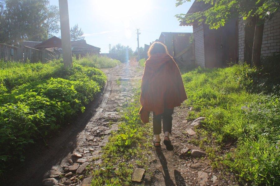 грунтовая дорога с битым кирпичём, По дороги идёт девушка в манто.