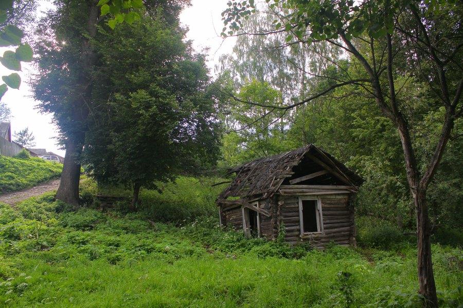 Миниатюрный истлевший деревенский дом.