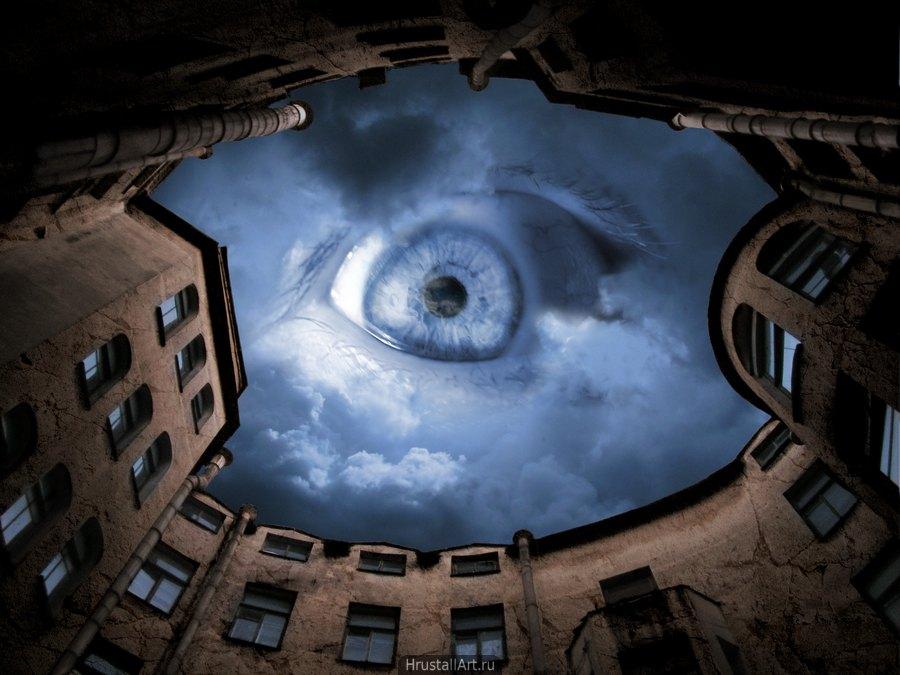 Питерский двор-колодец, ночь. С сумрачного неба на зрителя смотрит не луна а огромный, широко распахнутый, глаз.