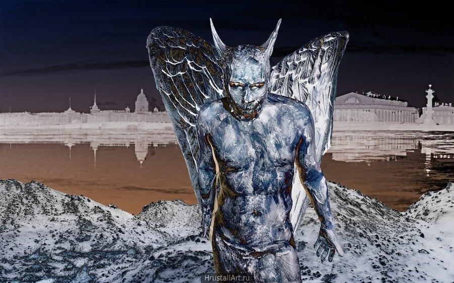 На питерском парадном туристическом фоне стоит крылатое существо демонического вида.