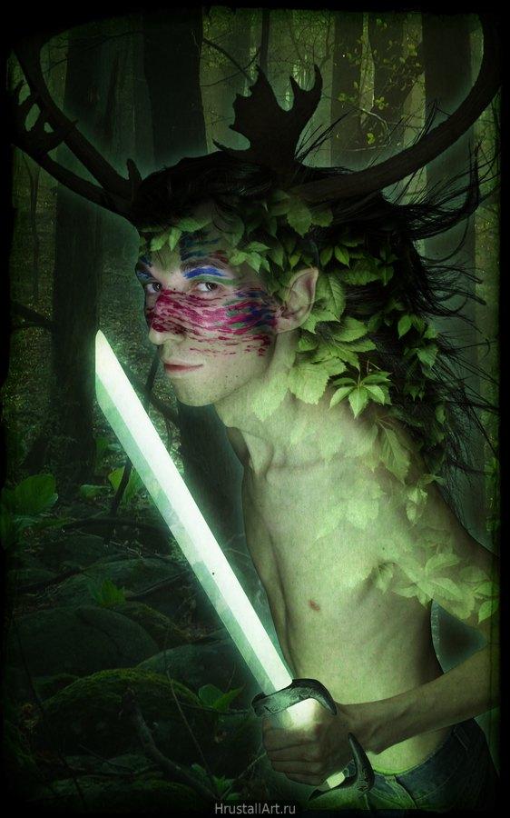 Тонкий, худощавый парень с волосами-листвой стоит в лесу и держит в руках нечто напоминающее световой меч.