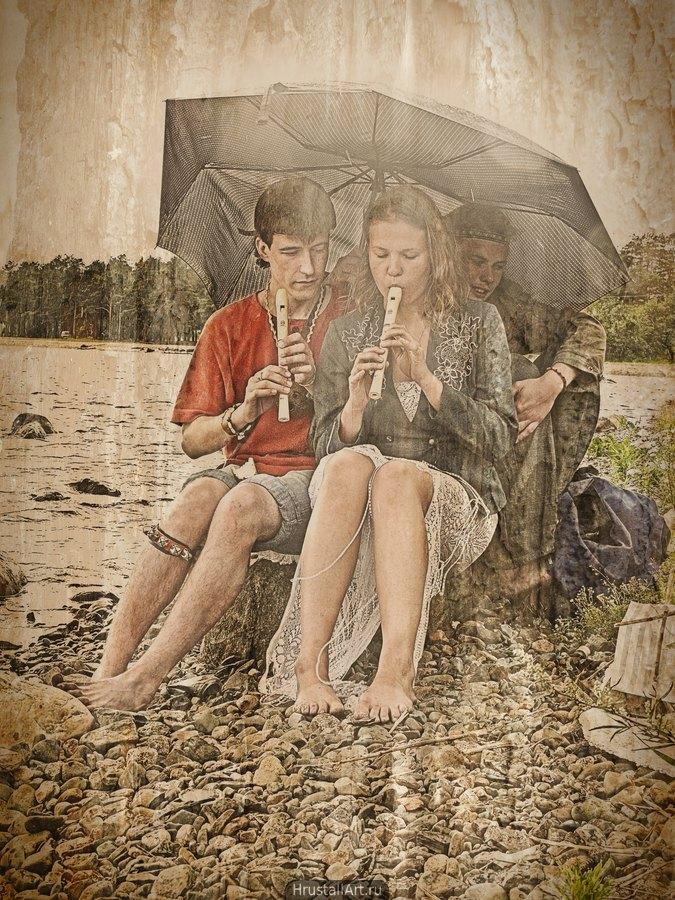 Учитель музыки и его ученица с флейтами в руках расположились на галечном пляже под сломанным зонтом. Третий персонаж жмётся к их спинам под зонт пытаясь укрыться от дождя.