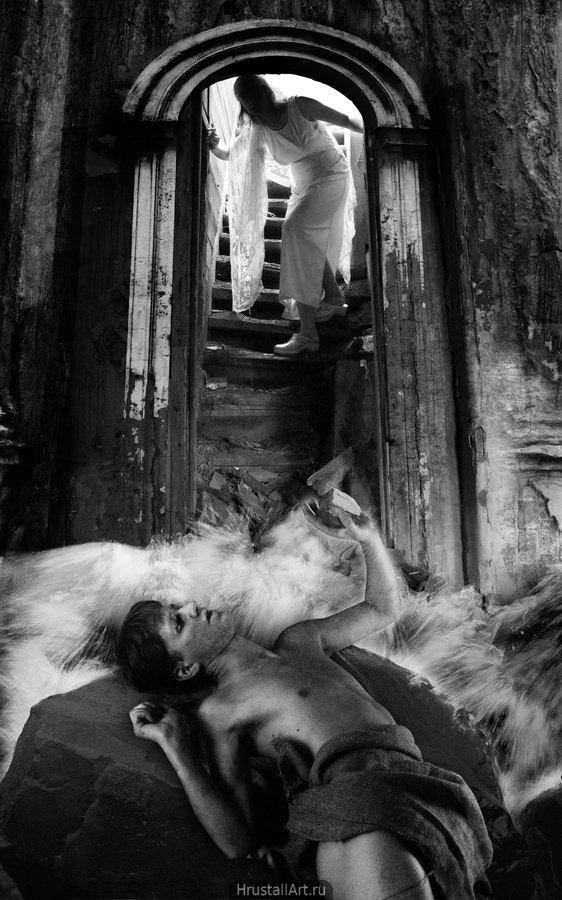 Тёмная лестница, по ней спускается девушка в светлых одеждах, внизу среди неясного потока воды на камне лежит в скорченной позе юноша, зажав в кулаке камень.