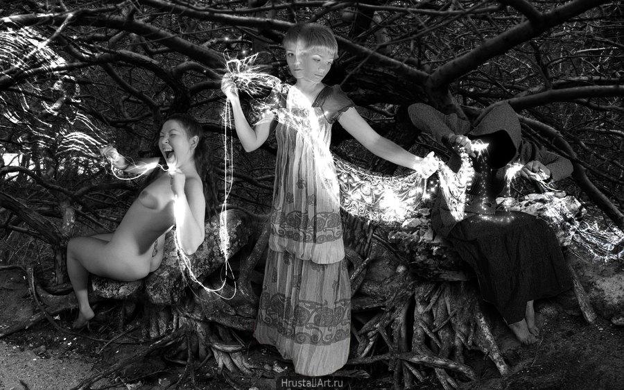 Три прялки, первая обнажена и с буйного веселья физиономией собирает из всполохов нить, Вторая обета в платье и создаёт из нити полотно, лицо её раздвоено. Третья в чёрном капюшоне, на месте лица зияет темнота, она рвёт нить.
