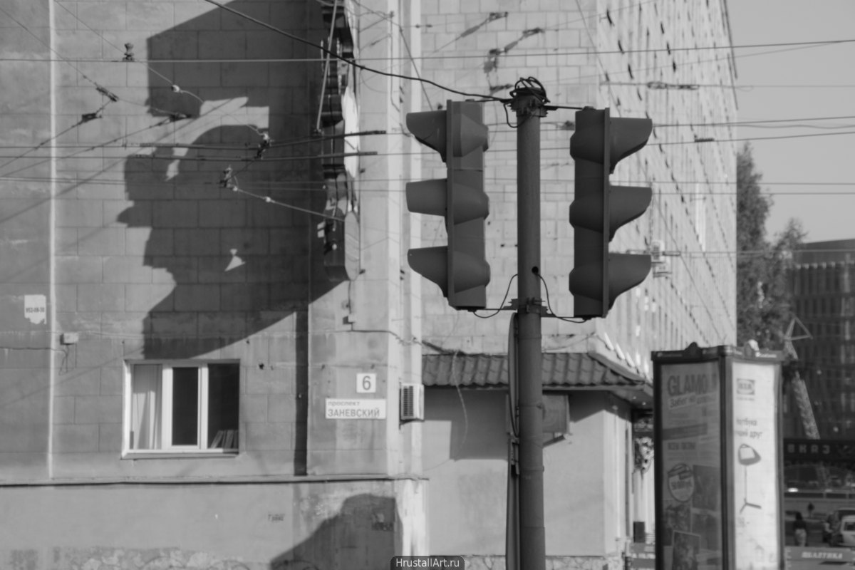 Светофор и тени вывесок