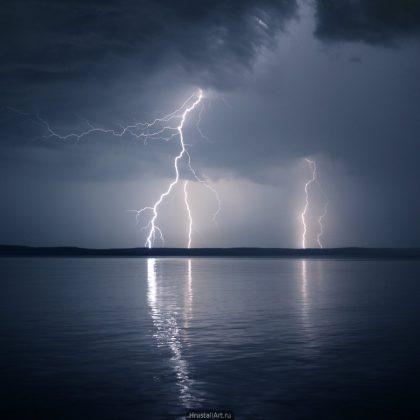 Молнии над озером
