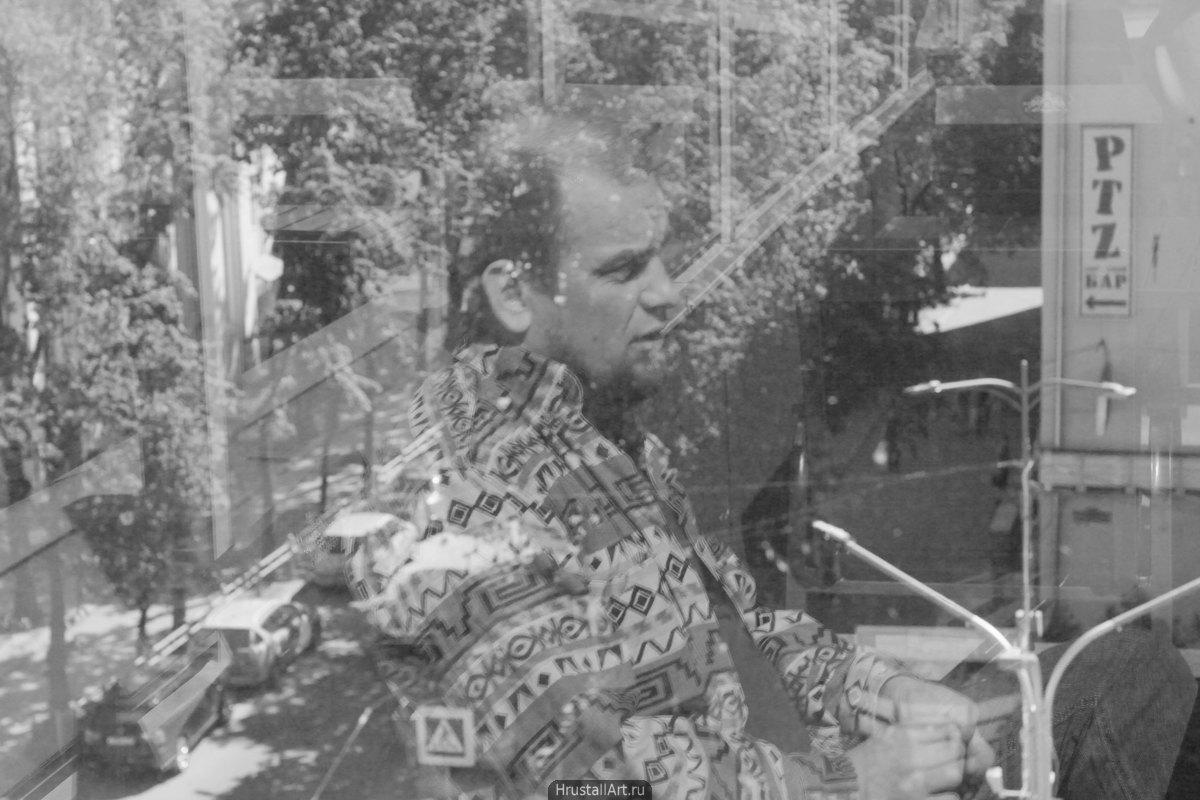 Портрет с двойной экспозицией, в городском пейзажи видно лицо молодого мужчины.