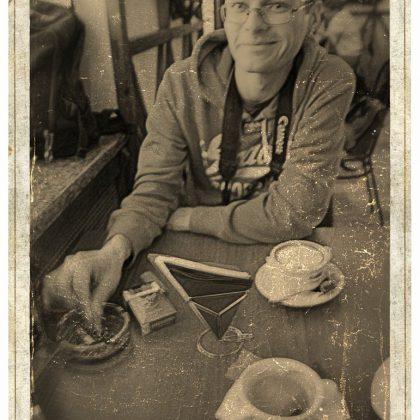 Портрет Александра с чашкой кофе