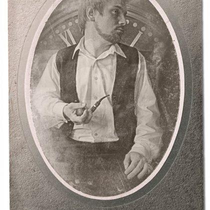 Портрет Александра с трубкой и циферблатом