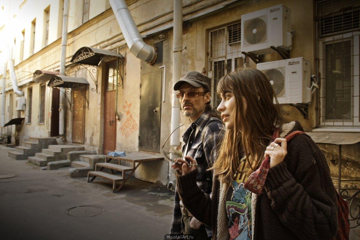 Питерский двор, пара беседует и гуляет.