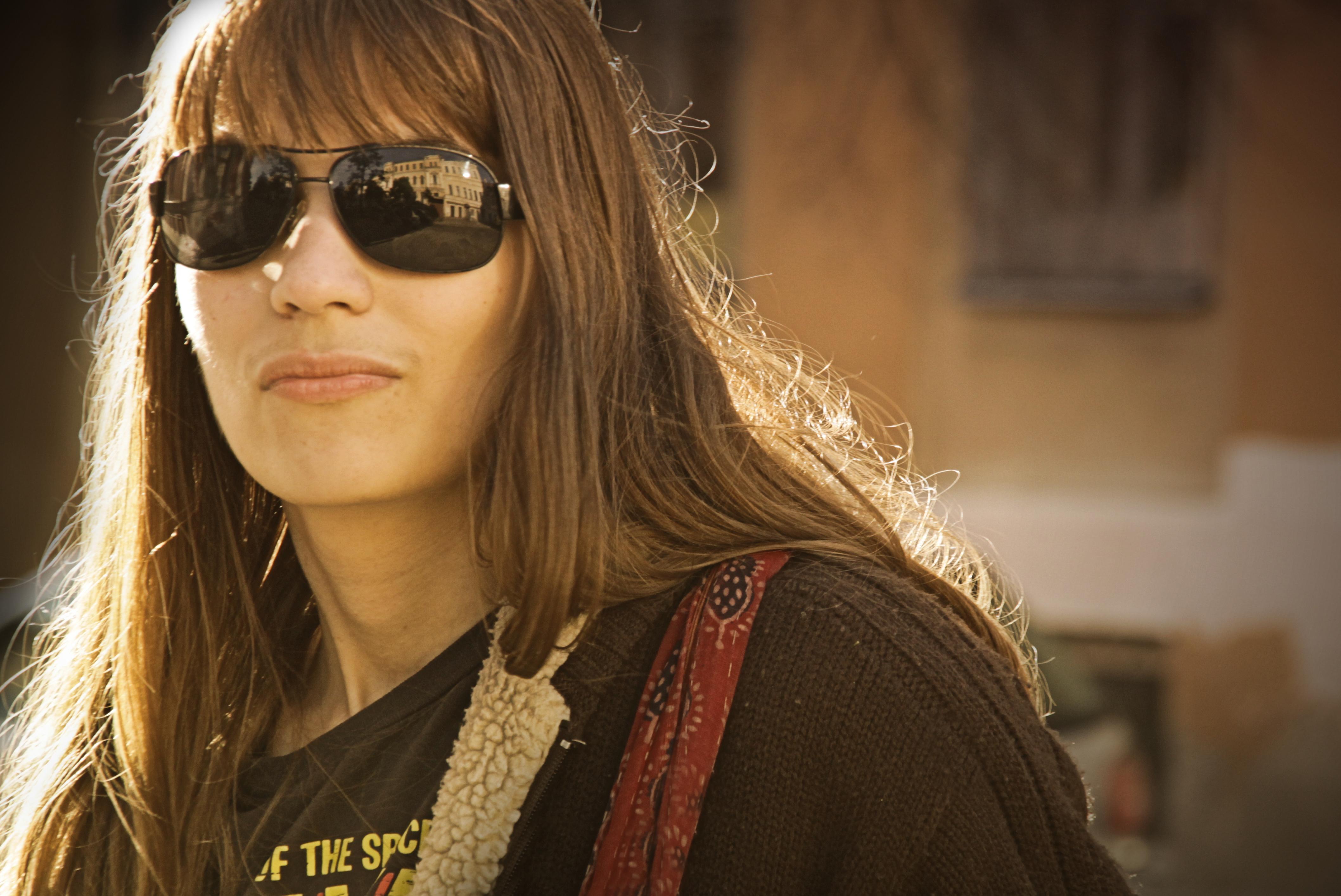 Портрет женщины в тёмных очках.
