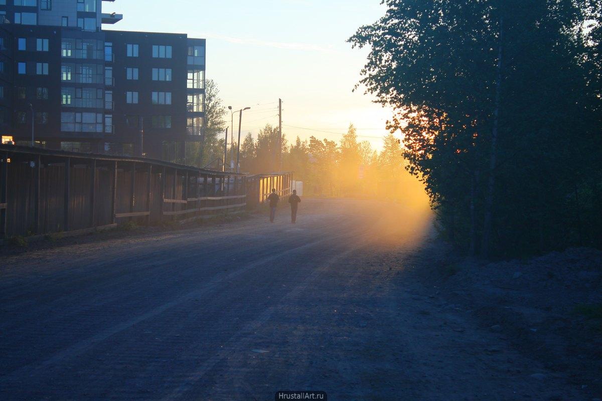 Силуэты людей в дорожной пыли