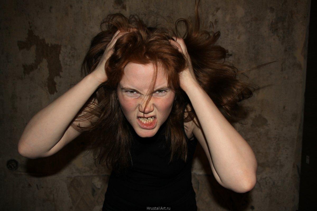 Фотография, злая кричащая девушка с копной спутанных рыжих волос.