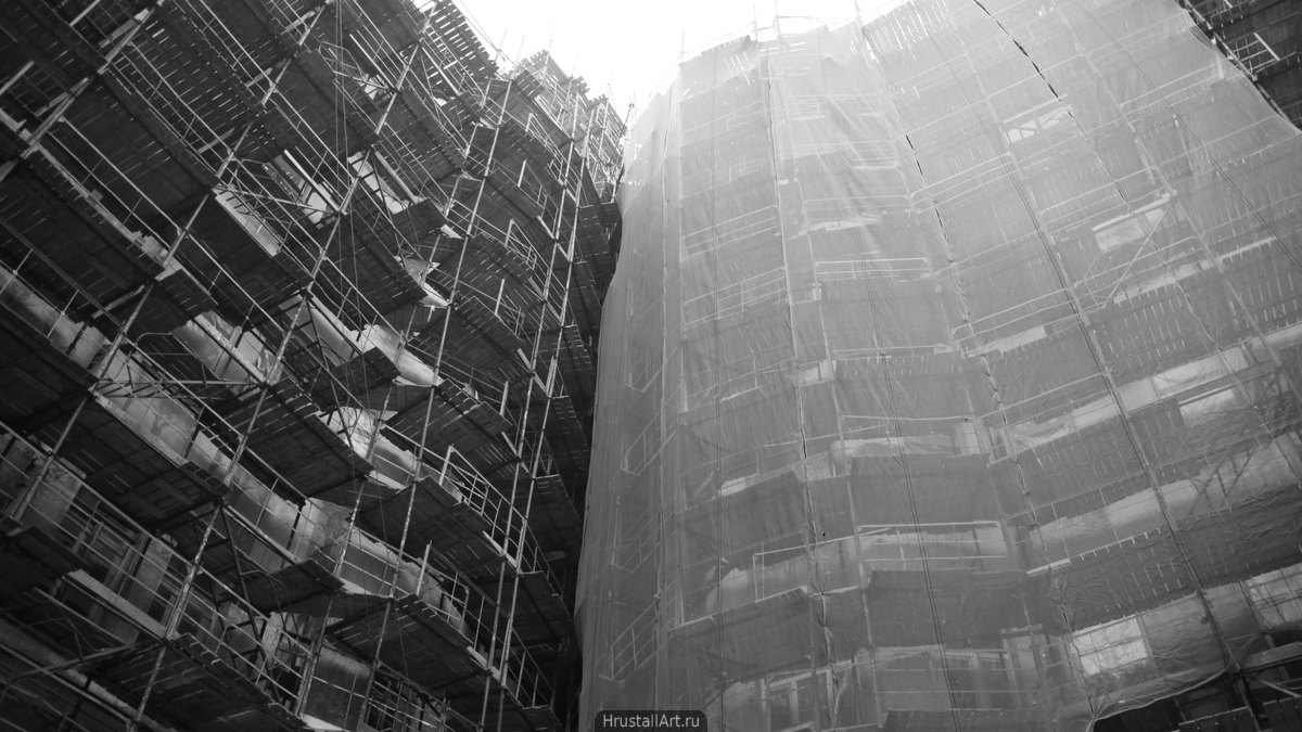 Фотография, дом скрытый за строительными лесами.