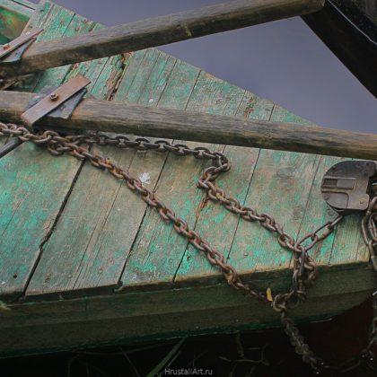 Лодка, цепи, вёсла, замок