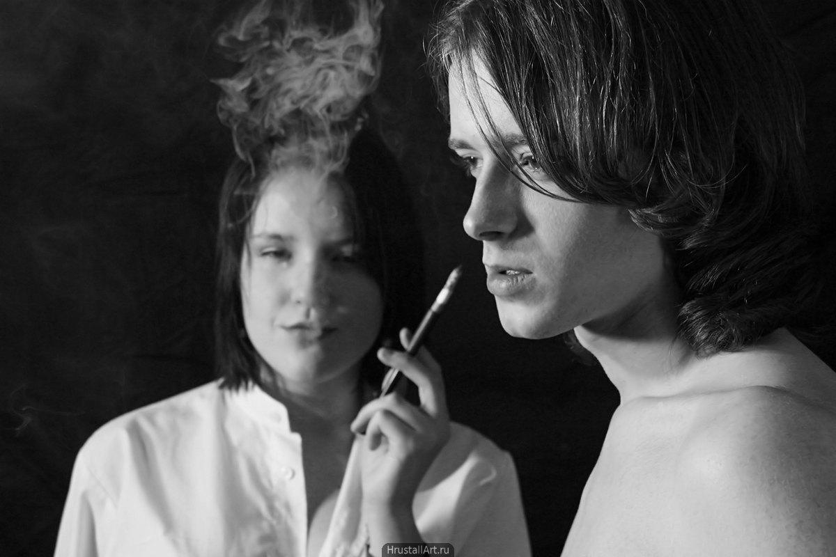 Фотография, вызывающе эротичные парень с девушкой курят из длинных мундштуков.