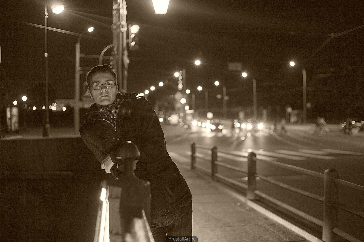 Фотография, портрет парня на фоне вечерних улиц Петербурга.