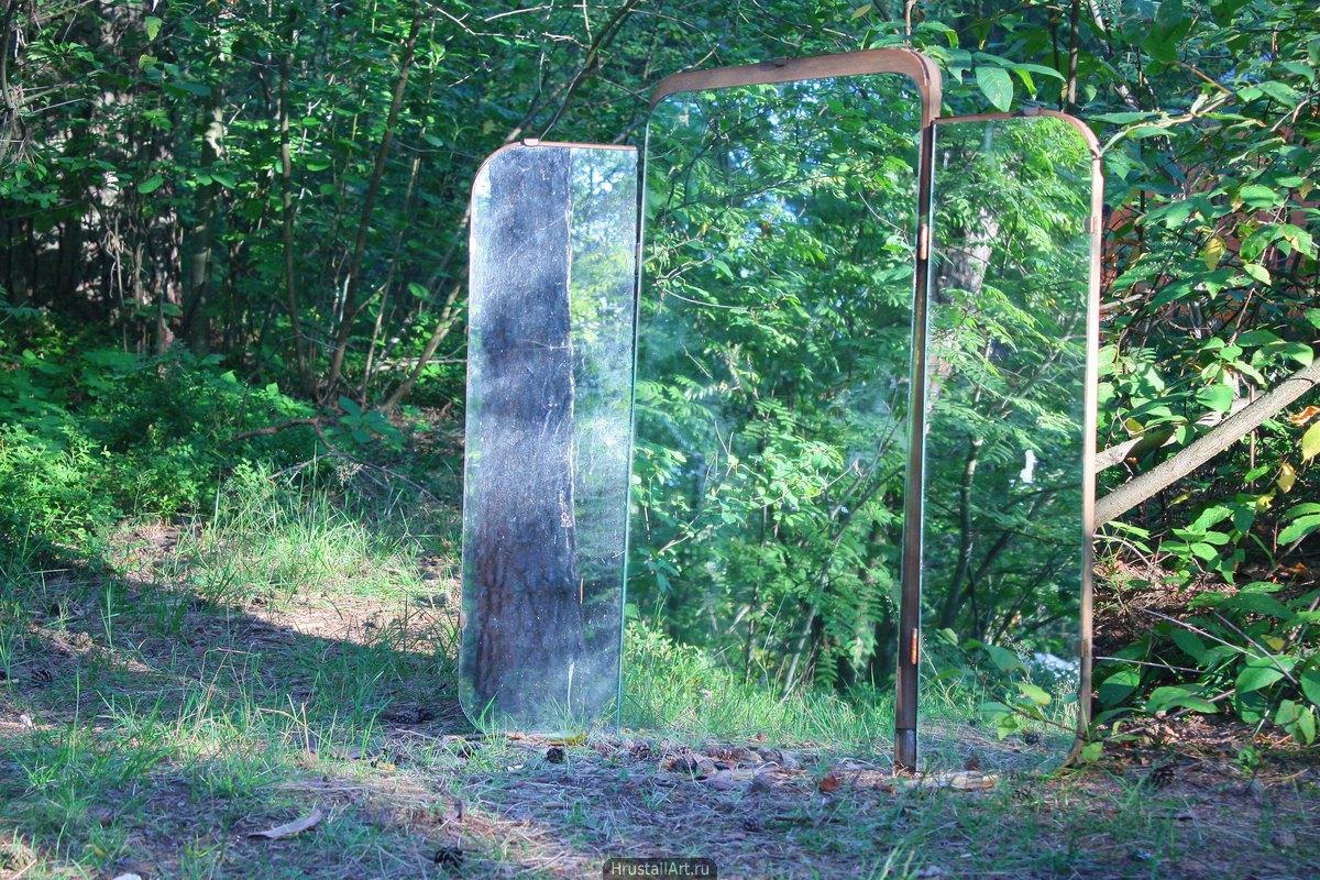 Старое трюмо стоящее у лесной тропинки. Всё в зелени, зеркало не сразу заметно.