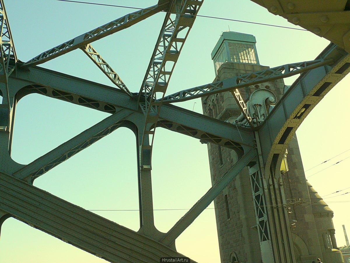 Фотография, гранитная башня моста Александра Невского и ажурные его конструкции.