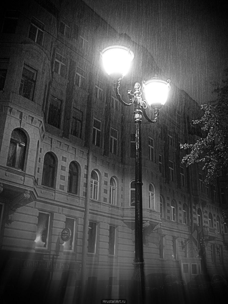 Фонарь под дождём