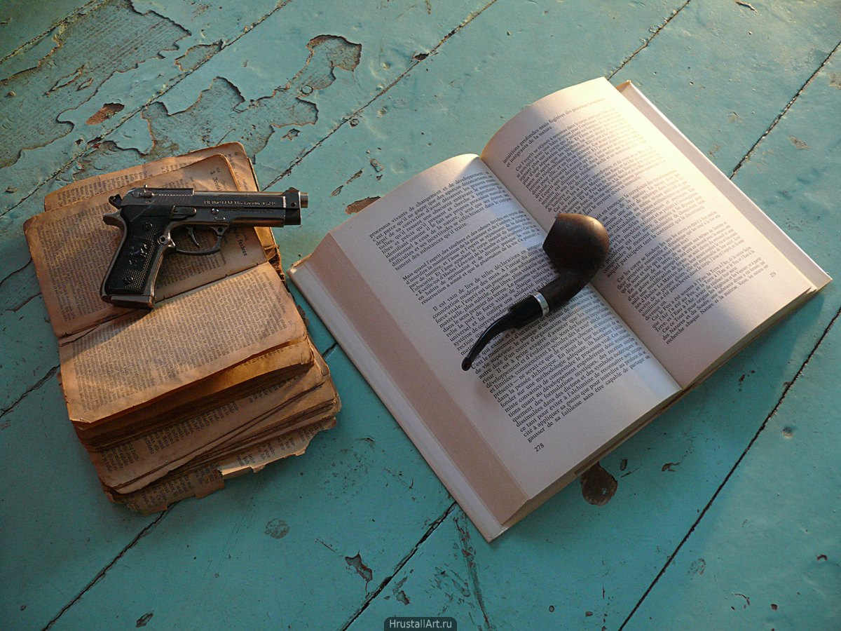 Книги, трубка, пистолет