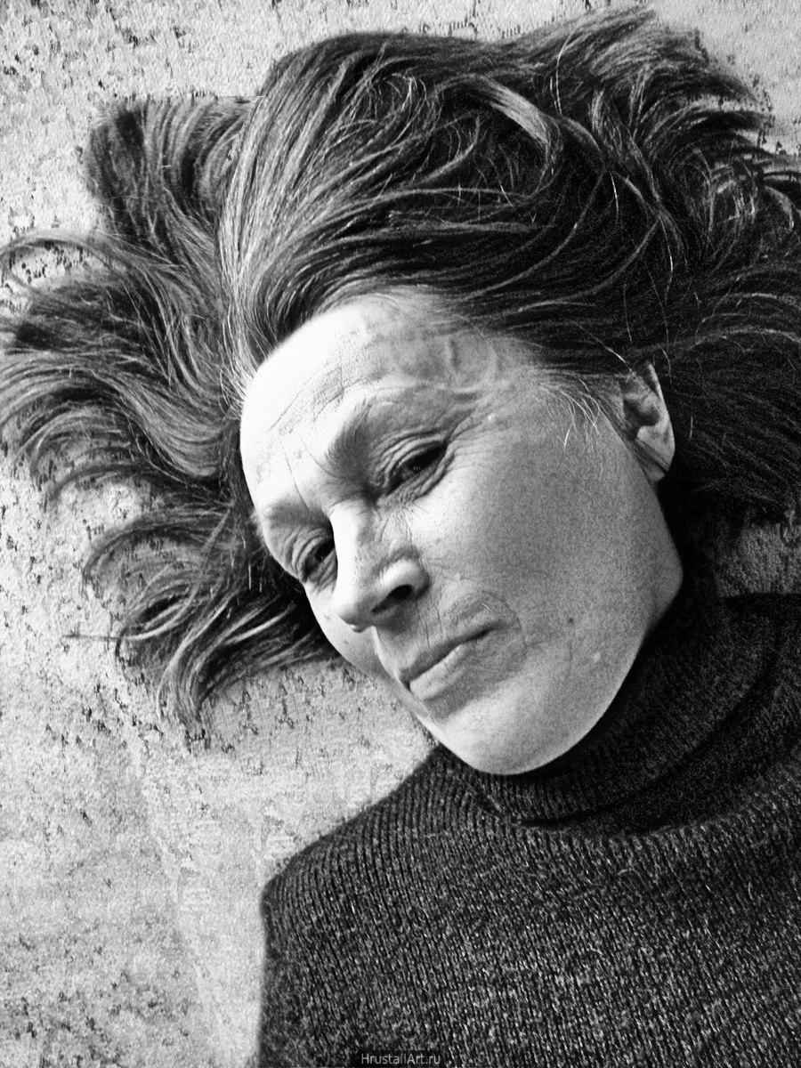 Фотография, портрет престарелой женщины лежащей на полу.