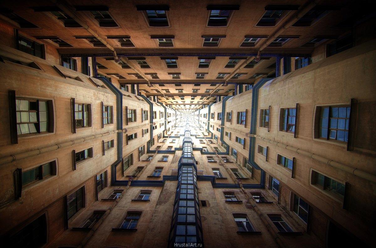 Фотография, дворы колодцы Петербурга обработаны так, что стали бесконечно длинными тоннелями.