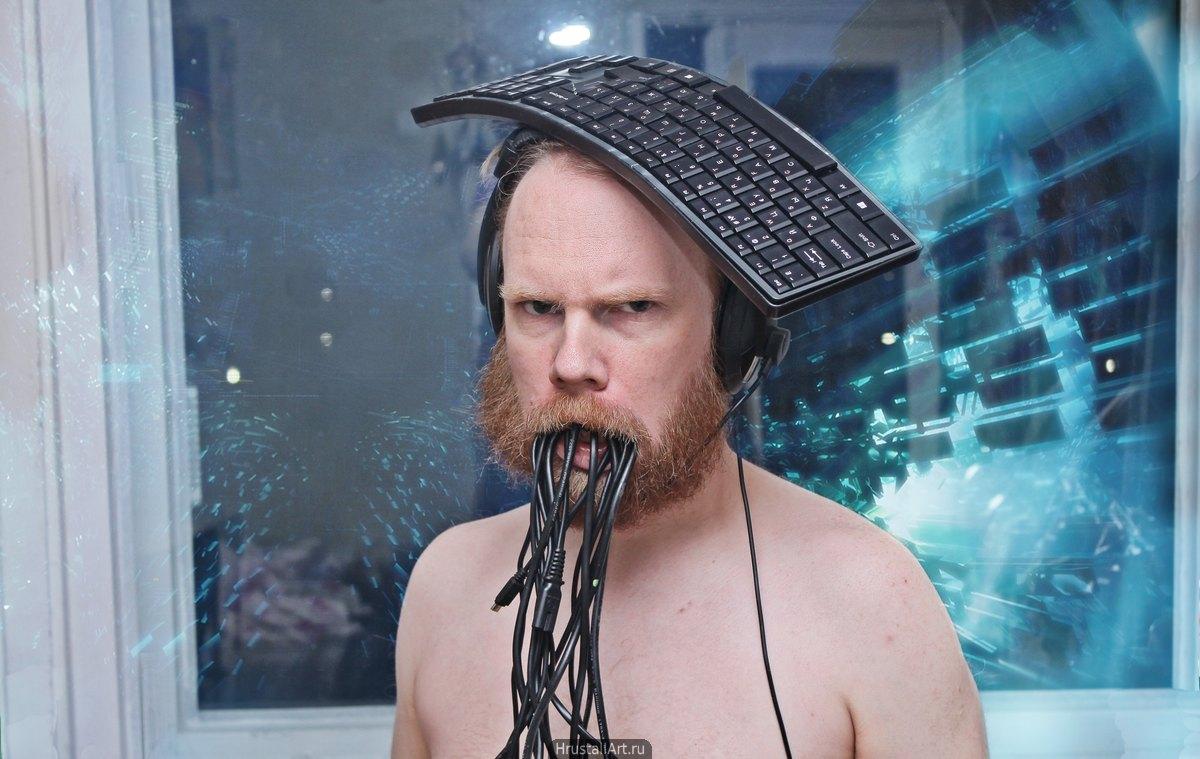Фотография, мужчина с хмурым выражением лица, на его голову одета гарнитура и клавиатура, а изо рта льются чёрные провода. Образ человека цифровой эпохи. Дмитрий Хрусталёв-Григорьев, hrustall.