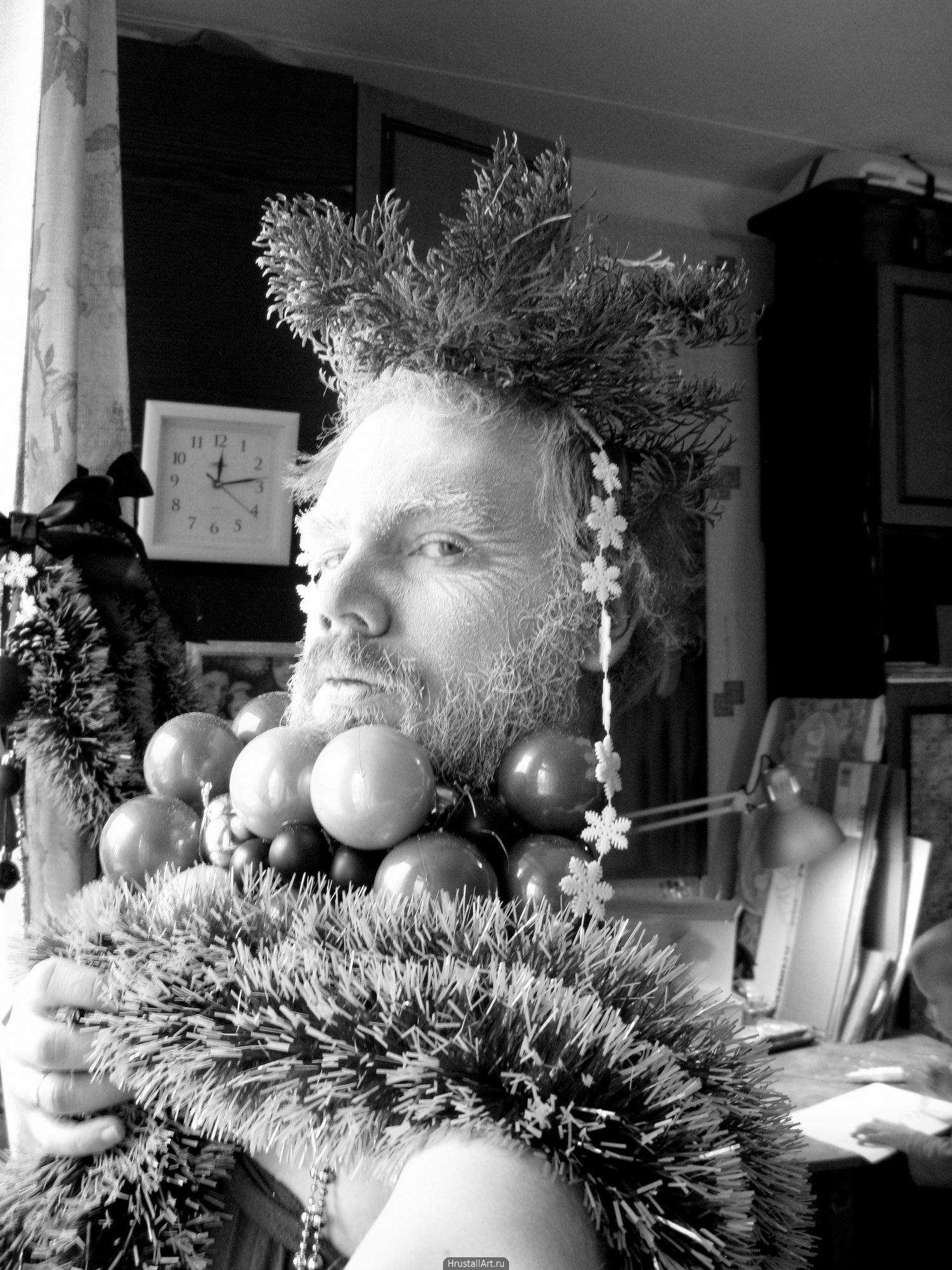 Фотография, ироничный и нелепый костюм из новогодней мишуры на мужчине. Дмитрий Хрусталёв-Григорьев, hrustall.