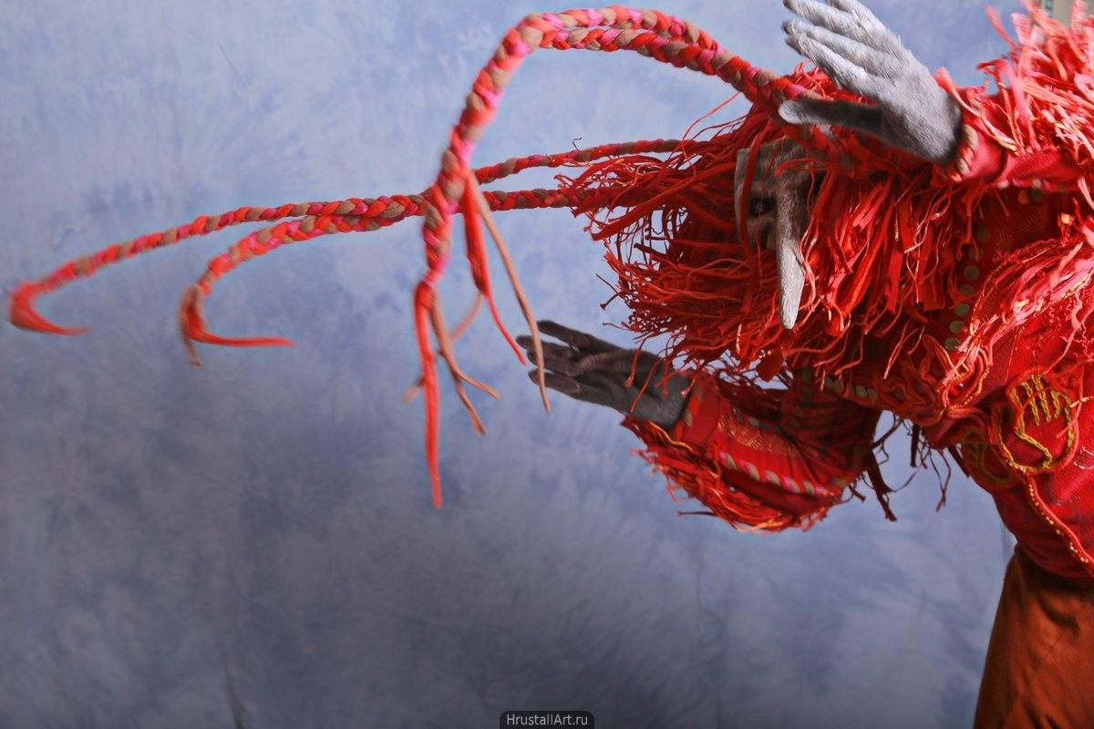 Полёт. Костюм красной птицы в ветреную погоду.