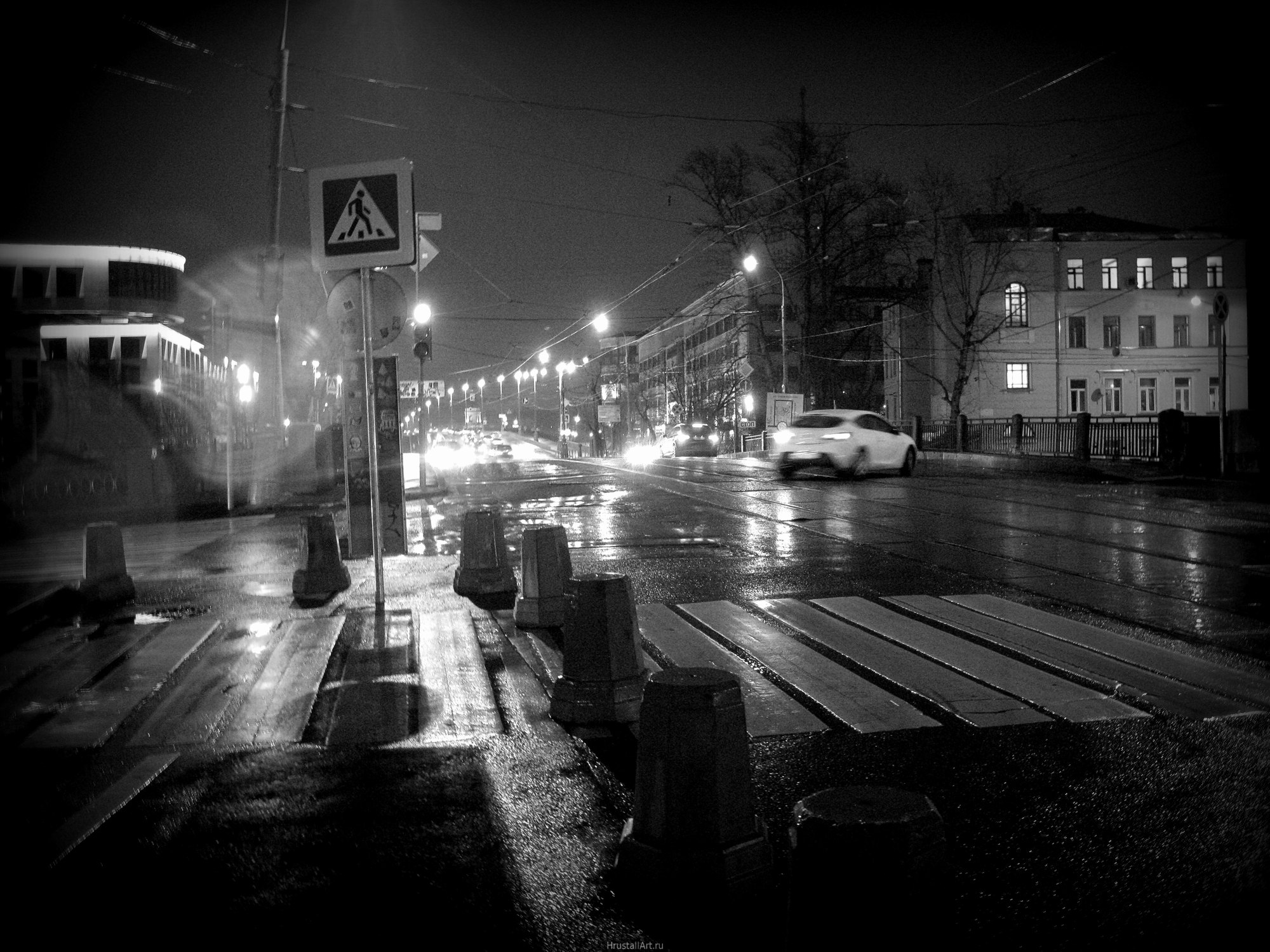 Дождливая ночь в городе, перекрёсток
