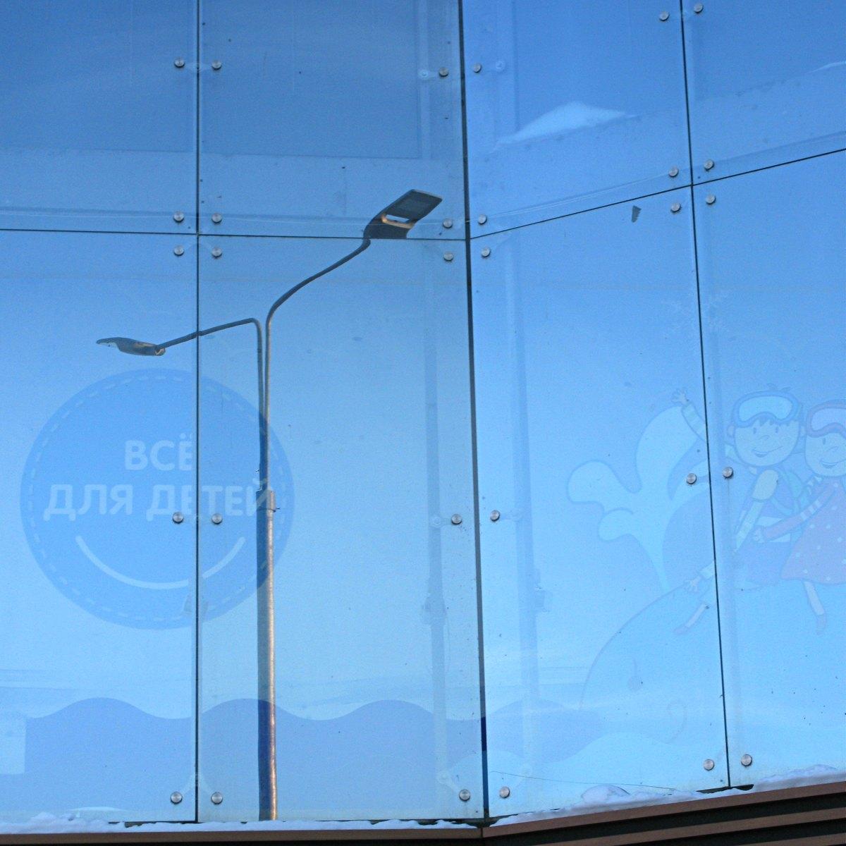 Отражение уличного фонаря в витрине.