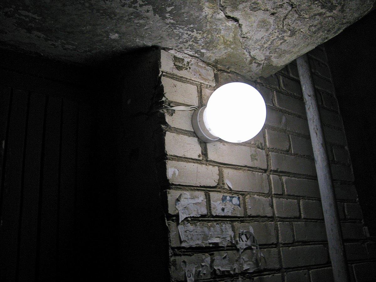 Лампа у подъезда.