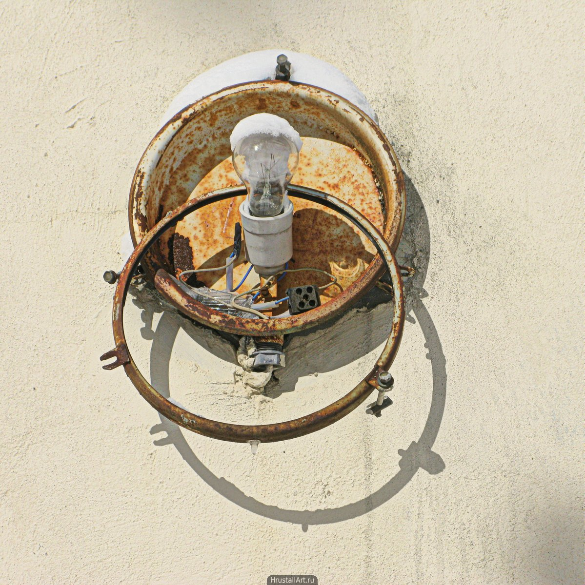Отжившая лампа уличного освещения.