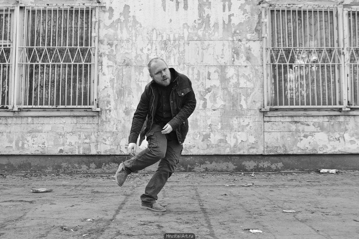 Ироничный кадр с экспрессивным мужчиной. Пьяная походка.
