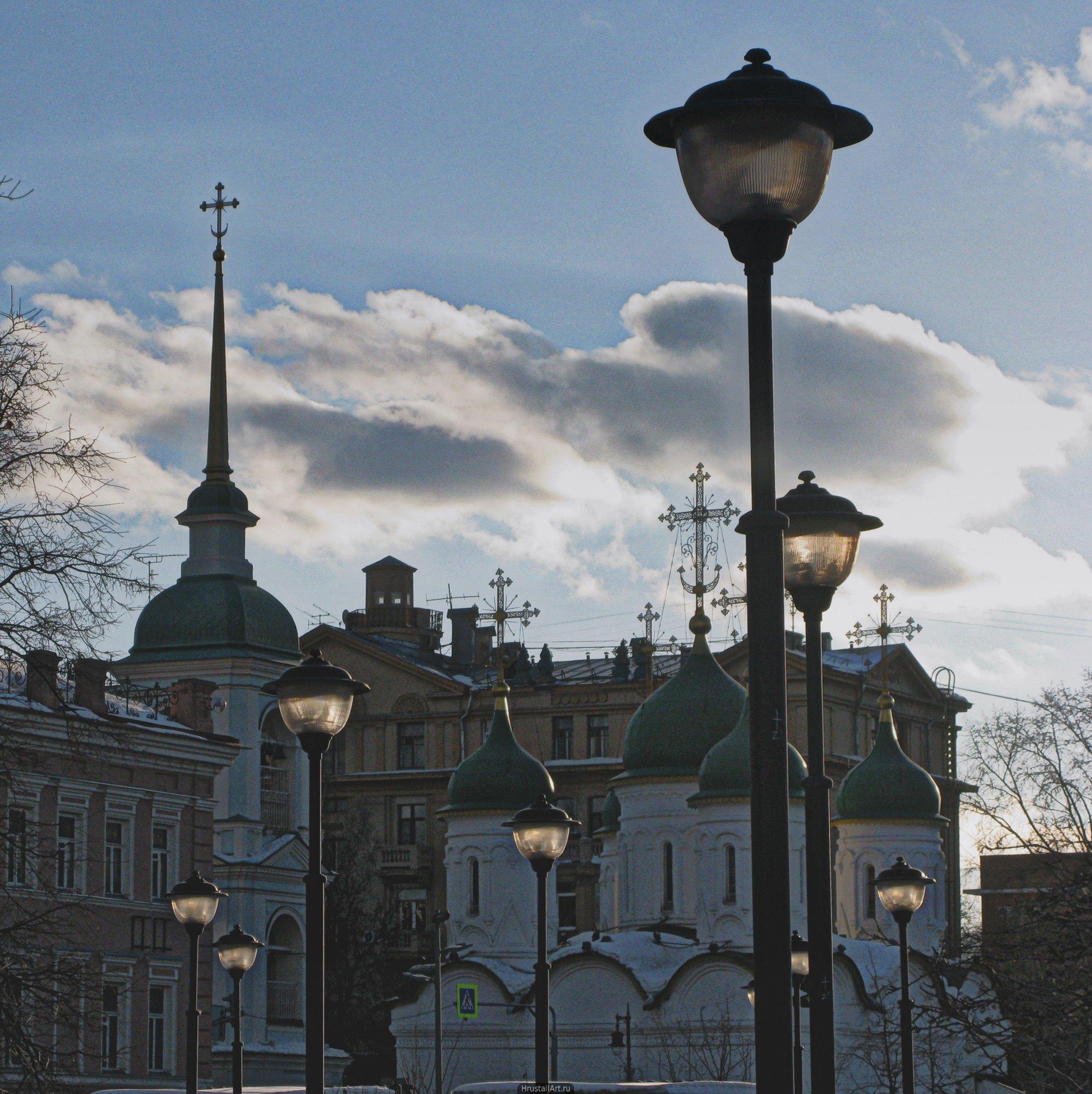 Фонари и церковь. Москва.