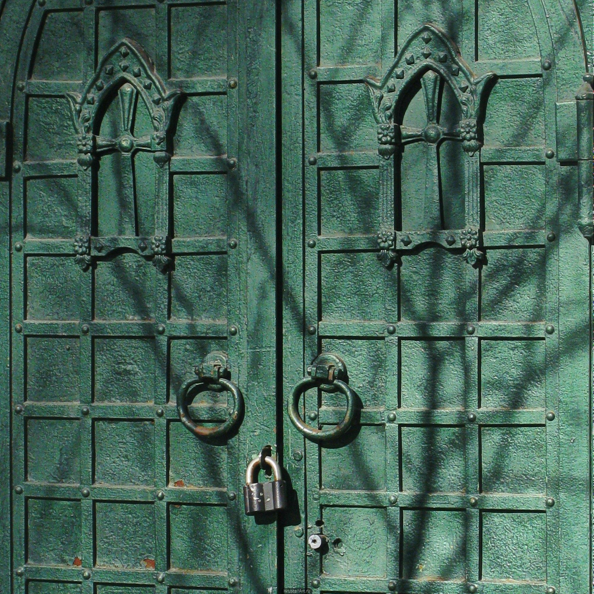 Часовня 19-го века, Красивые двери, зелёная краска под старую бронзу.