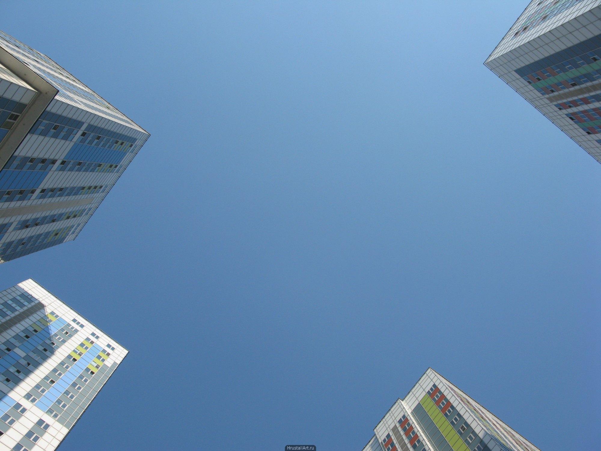 Пустота. Голубое небо в окружении углов высотных зданий.