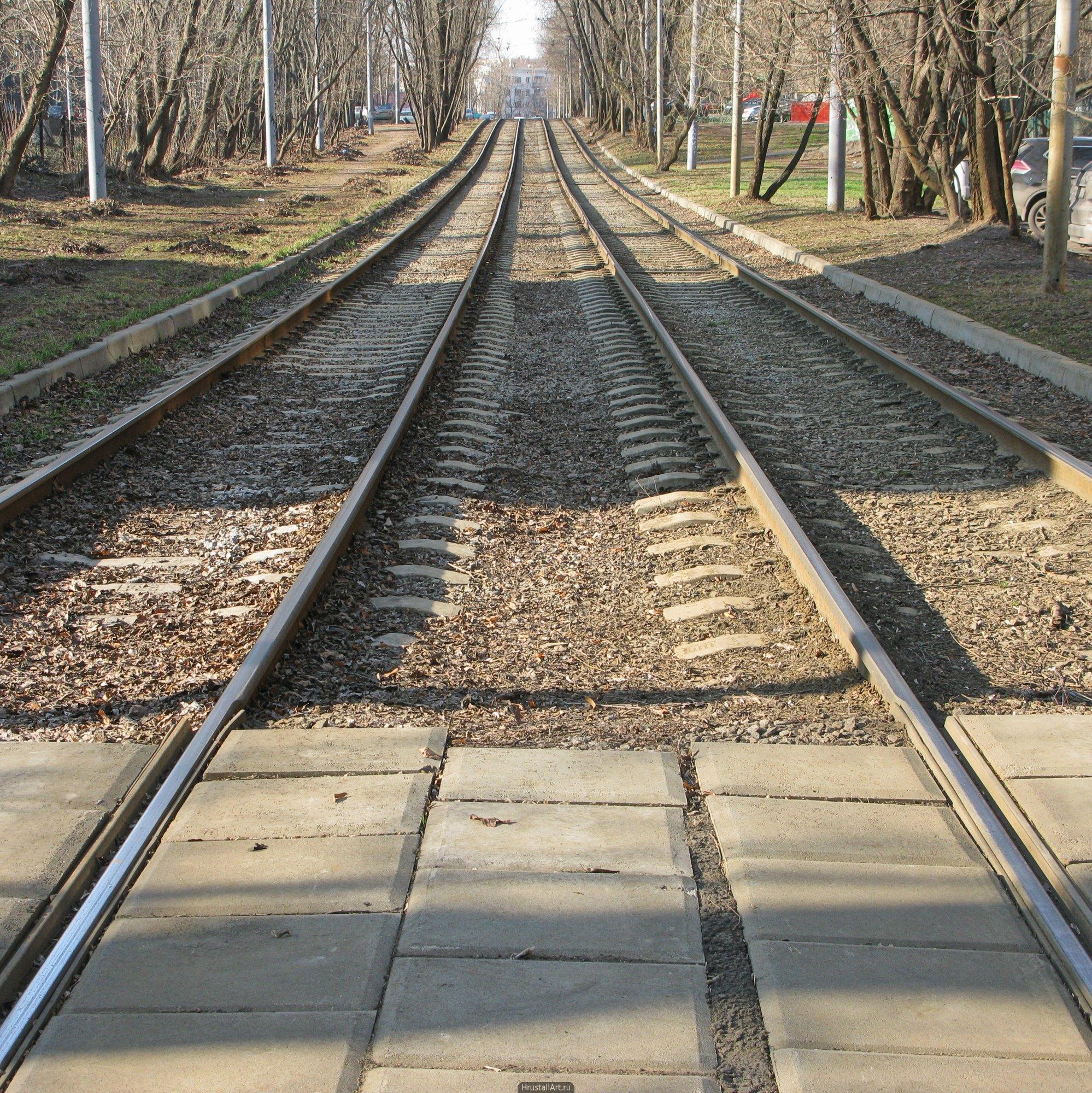 Трамвайные пути. Симметричный кадр, трамвайные пути в центральной перспективе.