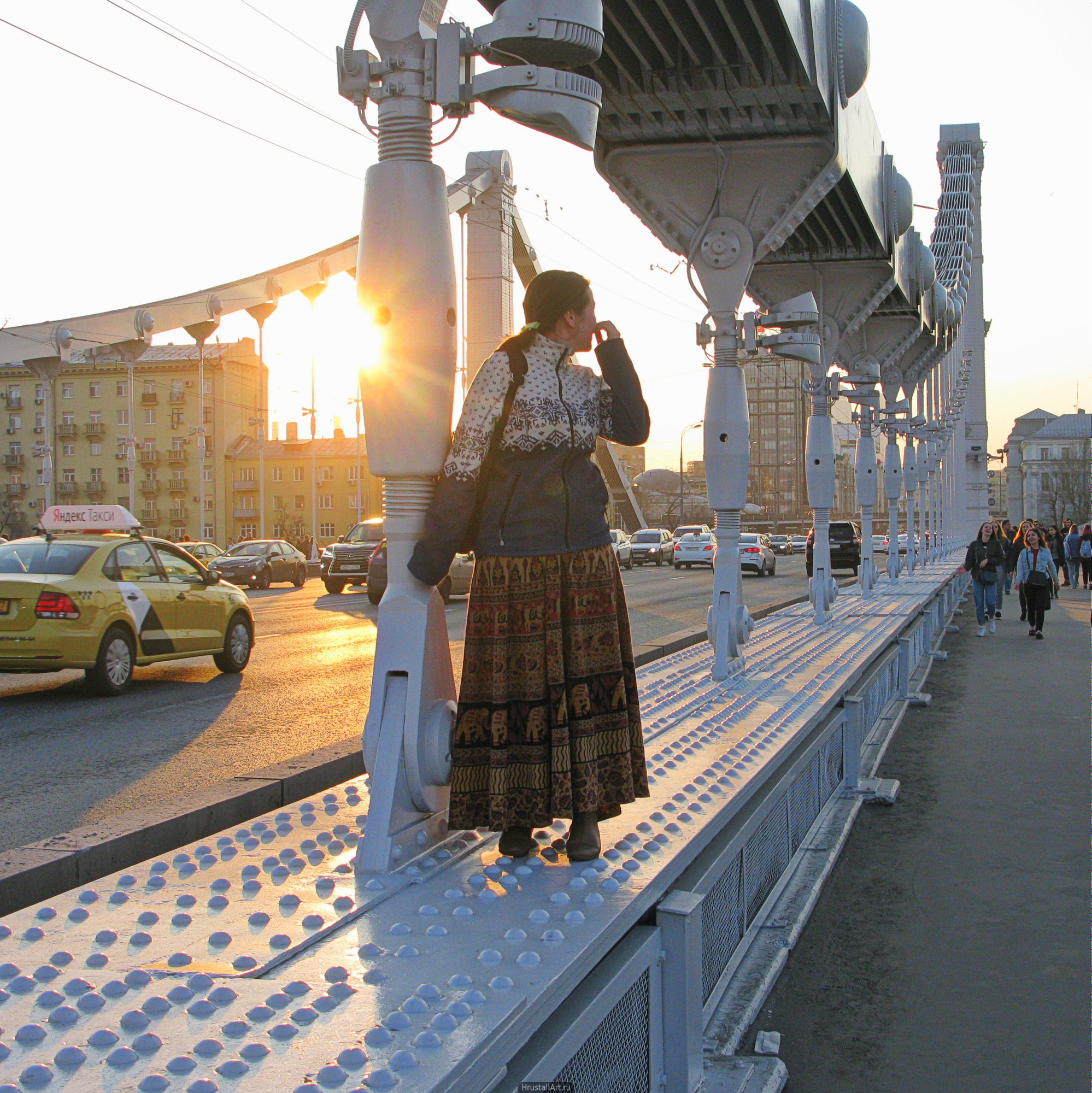 Девушка на мосте. Закат, Москва