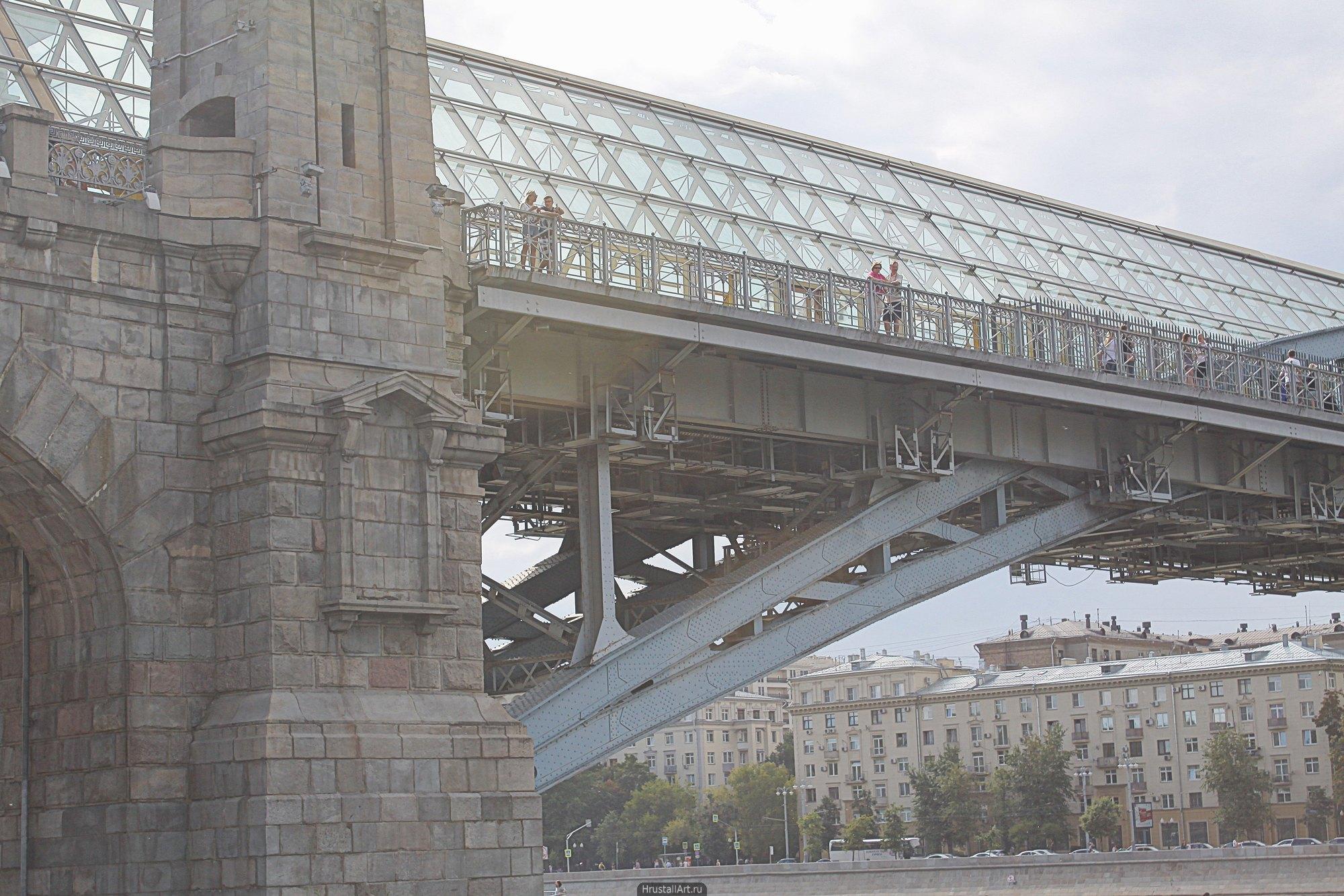 Гармония конструктивных деталей металлической арки Андреевского моста и каменного декора опор.
