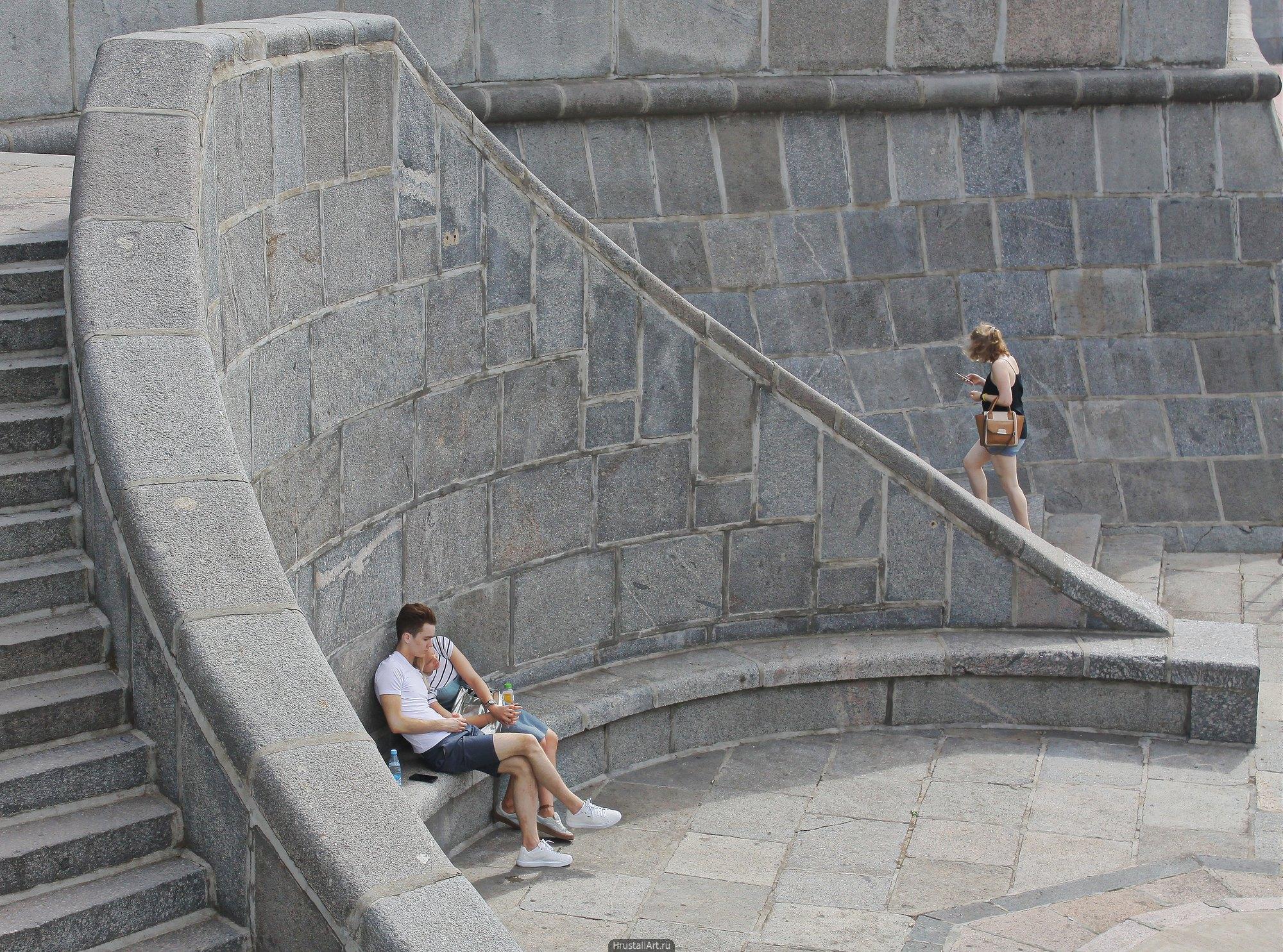 Изящная круговая лестница к причалу рядом с Андреевским мостом. Москва.