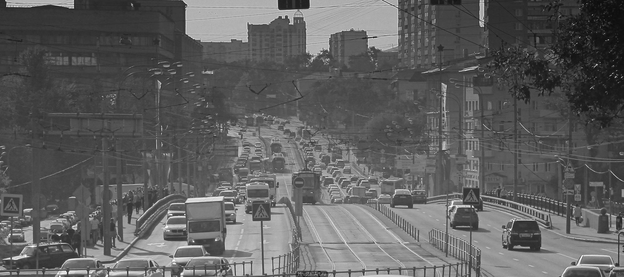 Заполненная машинами и пыльным воздухом московская улица. Тяжелая атмосфера.