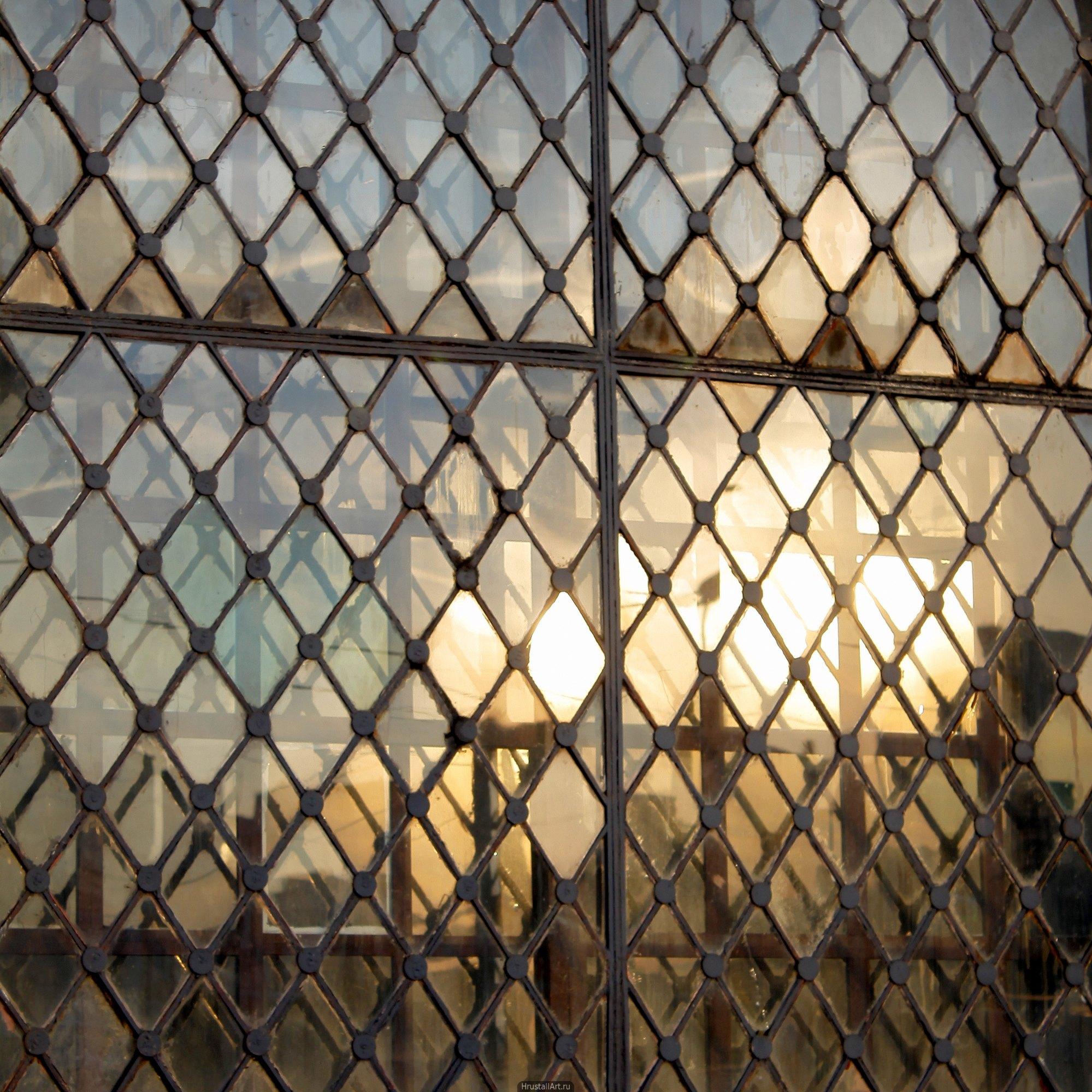 Перегородчатое окно мозаично отражает свет.